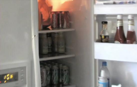 厨房冰箱里塞满了可乐、雪碧和星巴克饮料
