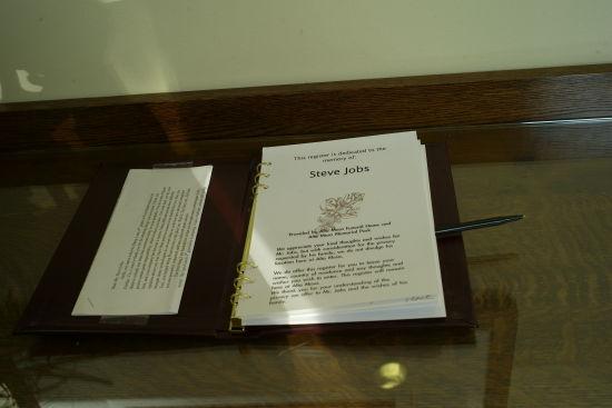 Alta Mesa公墓为悼念乔布斯的来访者准备的留言册