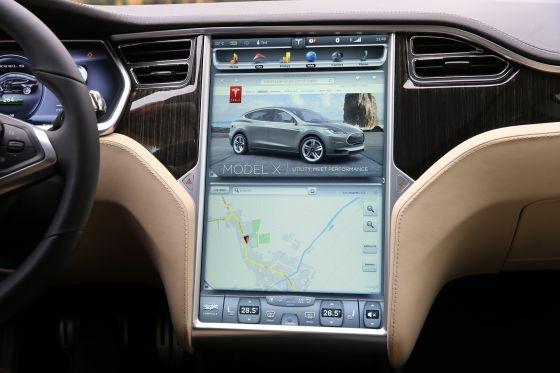 搭载了谷歌地图的特斯拉汽车