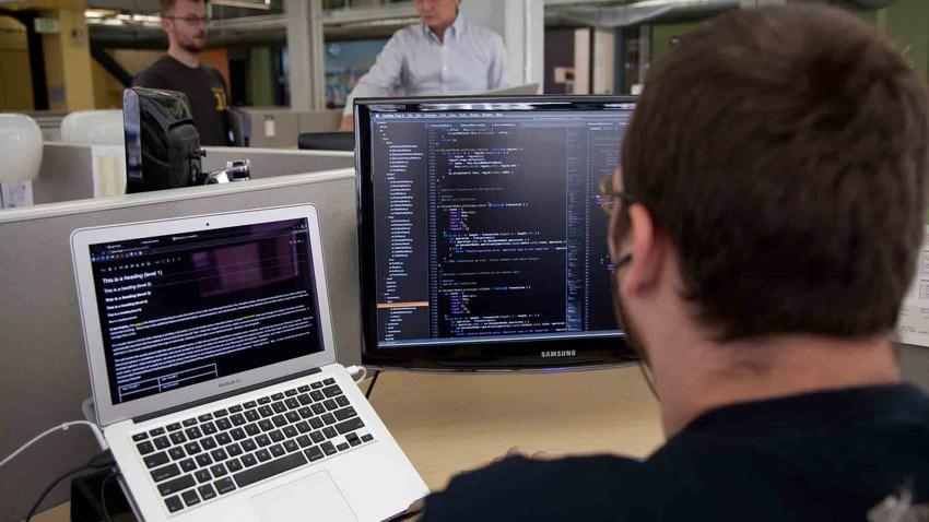 (1)软件工程师    软件工程师主要负责计算机软件和系统的设计、开发、维护和评估工作。根据企业需求的不同,软件工程师的工作职责涉及开发新软件、制定项目计划、更新现有软件以及提供安全支持等。平均年薪:9.3万美元(约合人民币56.3万元)