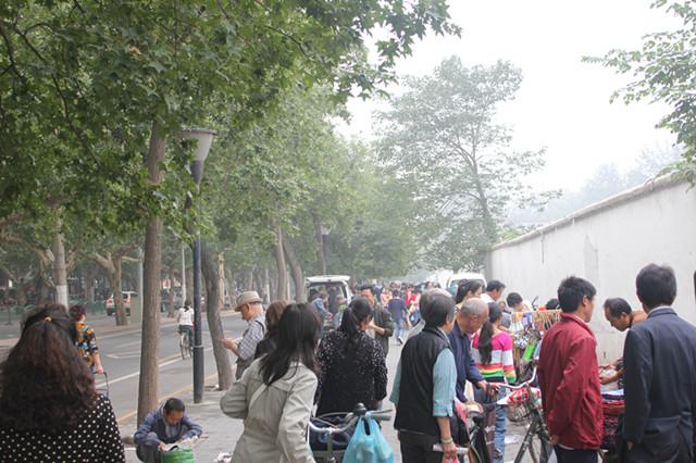 西安/从边家村十字步行到学校路上的早市,在西工大围墙外的地摊: